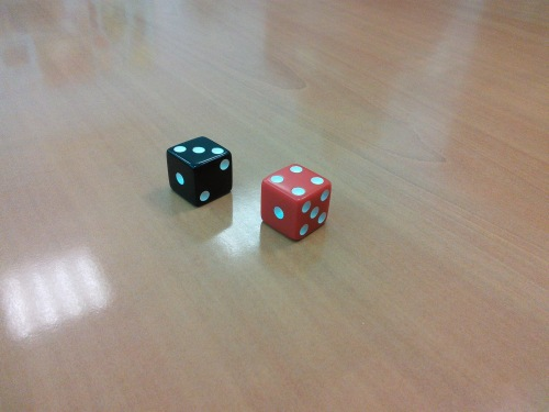 La configuración 1 para el dado rojo y 5 para el dado negro (abriendo las correspondientes puertas) está prohibida.